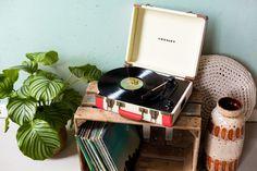 Lovely Crosley turntable I'm in love! Record Player Table, Vinyl Record Player, Record Players, Vinyl Records, Design Shop, Radios, Vintage Inspiriert, Retro Lamp, Retro Aesthetic