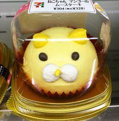 Está manía en Japón de agregarle cara a TODO Pastel con cara de gato en el convini 7-eleven está mañana.  #kawaii #boxfromjapan #convini #7eleven #carakawaii