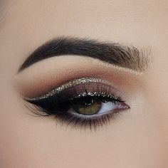 Glitter cut crease by @miaumauve More