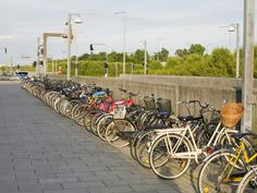 Bicycles Parked Outside a Railway Station, Copenhagen, Denmark Impressão fotográfica por Ashley Cooper na AllPosters.com.br