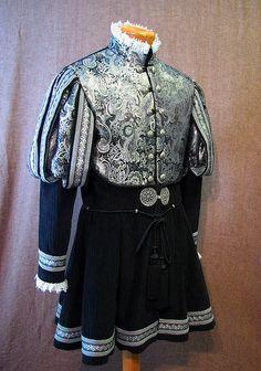 long doublet Tudor replica by http://www.nimblearts.com/Costuming/Costuming.html