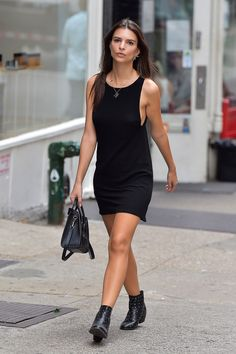 Emily Ratajkowski (or EmRata as we like to call her) is quickly establishing herself as one of the most talked-about faces in fashion and film - and with every red carpet appearance, or every stroll around LA, she's becoming our newest girl crush. Simple Black Dress, Simple Prom Dress, Look Fashion, Girl Fashion, Fashion Outfits, Celebrity Casual Outfits, Celebrity Style, Casual Street Style, Street Style Looks