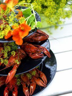 Kräftskiva med JellyBeans svarta 3-etagefat! Crayfish on black 3-level cakeplate from JellyBean Sweden. #jellybeansweden http://www.jellybean.se/produkter/etagefat/3-etagefat/3-level-cakeplate-black.html