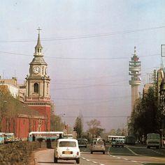 Autos y locomoción colectiva por la Alameda, Iglesia de San Francisco y Torre Entel // Fotos Antiguas de Chile