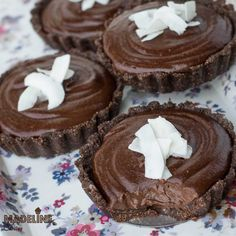 Tarte raw cu ciocolata / Raw chocolate tarts - Madeline.ro Vegetarian Desserts, Healthy Desserts, Raw Chocolate, Chocolate Tarts, Paleo, Keto, Goodies, Chips, Gluten Free
