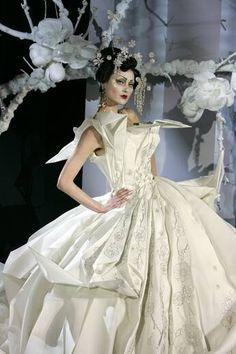 Imagen de http://servicios.elcorreo.com/especiales/moda/galerias/2007/alta-costura-enero07-john-galliano-dos/images/a1-1791339794.jpg.