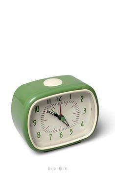 Un joli petit réveil pour se lever de bonheur ! Ce réveil vert fonctionne à pile, le design rétro est inspiré des années 50, les aiguilles sont légèrement phosphorescentes, la trotteuse fait peu de bruit, c'est un accessoire déco qui trouvera sa place dans une chambre d'enfant, posé sur un chevet près du lit, et le réveil est disponible dans plusieurs couleurs sur la boutique en ligne de Bonjour Bibiche au rayon Réveils & horloges #reveil #vert #bonjourbibiche #chambreenfant #déco #vintage…