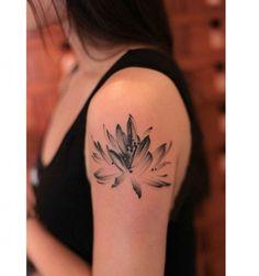 Kwiat lotosu to popularny wzór tatuażu dla dziewczyn. Jakie ma znaczenie?