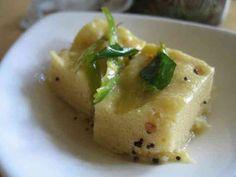 インドの蒸しパン酸っぱ甘辛浸け:ドークラ   インド料理の中では珍しい酸っぱい系、でも勿論辛味は必須(笑)どんな味だか想像できない方々、是非作ってみてくださいませ ぐりぃ    材料 ◎ベースン粉 大さじ3~5 ◎ベーキングソーダ(インドにこだわるならENOを使用) 小さじ1弱 ◎塩 好みの適量 ◎砂糖 好みの適量 ▲レモン汁 大さじ3(好みで) ▲塩 適量 ▲砂糖 適量 ◇グリーンチリ 7~10本 ◇マスタードシード 小さじ半 ◇カレーリーブス お好みで ◇油 大さじ4程度 作り方 1  ◎の材料をボールにでも入れホットケーキMIXより少々柔らかめに水で溶き、適当な器に入れ蒸す 2  冷まして、菱形にカットが王道ですが、お好みにCut 3 ▲の材料+水を混ぜ、好みの酸っぱさ&甘さを作る。目安としては少々濃い目のレモネード程度 4  グリーンチリをこんな細長に切る(辛さのお好みで増減を) 5  油を熱々に熱し、マスタードシード&カレーリーブを熱し香りが出たらチリを揚げ焼く(全体がしんなりする程度でOK) 6…