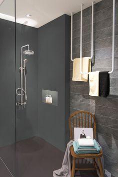 Rénovation d'une douche à l'italienne avec Béton Intérieur de Rénovation. Coloris Building et Carbone. #resinence #repeindrecarrelage #carrelage #douche #enduit #rénovation #salledebain #sanitaire