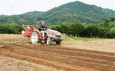 トラクターで畑を耕す佐藤さん