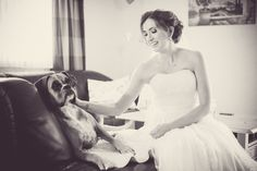 Photography by John&Hanna #hochzeitsfotograf #limburg #gettingready #bride with her #dog #braut #hund #boxer #animallovers