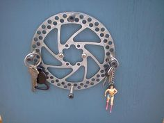 Porta-Chaves feito com freio eine Disco - DIY Jewelry Crafts Ideen Bicycle Parts Art, Recycled Bike Parts, Bicycle Art, Bike Cog, Moto Bike, Bicycle Crafts, Bike Craft, Bicycle Decor, Pimp Your Bike