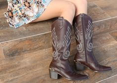 country boots - brown shoes - winter - bota - Inverno 2015 - Ref. Bota Country, Country Boots, Brown Shoe, Brown Boots, Cowboy Boots, Winter, Shoes, Fashion, Brown Boots Outfit