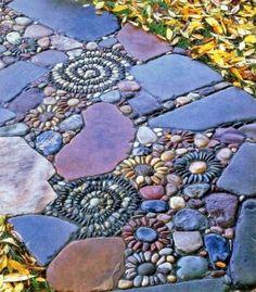 mosaik im garten lila blau florale muster steinplatten