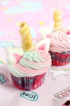 Einhorn Cupcakes backen – einfache Rezept! Einhorn Muffins lassen sich schnell und einfach selber backen, ich verrate dir nämlich mein ultimatives Lieblingsrezept für Einhorn Fans! Klicke hier, um zum Einhorn Cucpake Rezept zu gelangen!