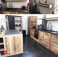 Cette idée de cuisine a été trouvée sur Internet, est entièrement construite et décorée avec des palettes, de l'île de la cuisine, armoires, étagères, et par exemple le tiroir pour le réfrigé…