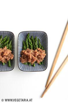 Dieses Rezept für Spargel mit Walnuss-Miso-Dressing ist zwar relativ simpel, aber trotzdem ausgesprochen lecker ! Miso Dressing, Grill Pan, Grilling, Beef, Food, Small Plates, Asparagus, Vegetarian Recipes, Cooking