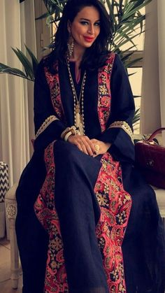 Black /navy blue linen or cotton with flower print Kaftan Style, Caftan Dress, Kaftan Abaya, Abaya Fashion, Modest Fashion, Fashion Dresses, Oriental Fashion, Asian Fashion, Mode Abaya