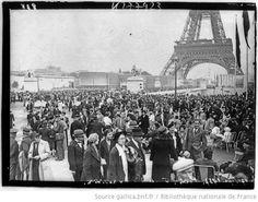 [Exposition internationale des arts et techniques, Paris 1937 : jour de l'ouverture, la foule des visiteurs sur le pont d'Iéna, en perspective la Tour Eiffel (24 mai 1937)] : [photographie de presse] - 1