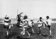 Labanschule: Paargruppierung, Foto: G. Riebicke, aus: Fritz Giese: Körperseele, Gedanken über persönliche Gestaltung, München ca. 1924
