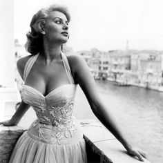 Sophia Loren in Venice, 1955 I miss the days when motion picture companies groomed their actors. I know it's old fashioned and women have come a long way, but think this - and then think Perez Hilton. Epitome of Old Hollywood Glamour Glamour Hollywoodien, Old Hollywood Glamour, Vintage Glamour, Vintage Beauty, Vintage Fashion, Old Hollywood Style, Vintage Vogue, 1950s Fashion, Classic Hollywood