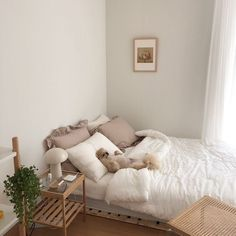 6 creative tips on how to make a small bedroom look larger 9 Small Room Bedroom, Home Bedroom, Bedrooms, Bedroom Layouts For Small Rooms, Minimalist Bedroom Small, Deco Studio, Contemporary Bedroom Decor, Aesthetic Room Decor, Cozy Room