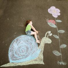 Sidewalk chalk allows for endless creativity and imagination of children. Chalk Photography, Photography Ideas, Chalk Pictures, Photos Originales, Sidewalk Chalk Art, Photo Portrait, Chalk Drawings, Chalkboard Art, Summer Crafts