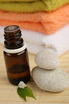 There are a myriad of tea tree oil benefits in today's society. Everything from acne treatments to clearing the air. Tea tree oil is a necessity in one's arsenal of natural medicinal products. Best Tea Tree Oil, Tea Tree Oil Uses, Tea Tree Oil For Acne, Candida Albicans, Aloe Vera, How To Remove Dandruff, Homemade Face Pack, Swollen Gum, Natural Shampoo
