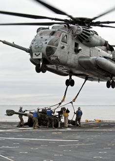 CH-53E Super Stallion from VMM 261, 24th MEU, lifts a M777A2 155mm howitzer off the flight deck of the USS New York.
