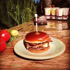 Provamos o #signature (uma versão de Big Mac meu sanduíche favorito desde os 14 anos que tem cebolas douradas e molho barbecue) hoje numa festa regada a blues no @mcdonalds_br. Todas as segundas-feiras podiam terminar assim né? Comida amigos e música boa faz tudo valer a pena! #agentenaoquersocomida #avidaquer @avidaquer por @samegui avidaquer.com.br http://ift.tt/2gQ9puP