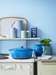 Inspiration til det blå køkken. Stentøj fra Le Creuset, Emma serien fra Stelton og Tea fra Normann Copenhagen #inspirationdk #blue #blå