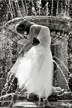 ballet is awesome. even if ballet on that fountain would be a tad difficult =P Shall We Dance, Lets Dance, Foto Poster, Dance Like No One Is Watching, Dance Movement, Ballet Photography, Photography Degree, Photography Courses, Photography 101