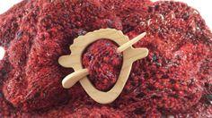 Ces épingles merveilleuse écharpe sont fait dans la vallée de Comox par voisin de Sylvia Ernie à la main. Il crée ces modèles originaux dans son atelier de menuiserie et leur apporte à la vie à l'aide d'une gamme de différentes essences de bois. Cette broche mouton bois chêne ajoute intérêt et fantaisie à votre écharpe préférée ou un châle. Les tiges sont fonctionnel et facile à utiliser et à aider à garder vos accessoires en laine en place. Cette broche en bois tourné épingle est faite d'un…