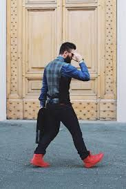 「red sneakers outfits men」の画像検索結果 Red Sneakers Outfit, Mens Fashion, Fashion Vest, Sporty, Pants, Outfits, Black, Google, Moda Masculina