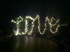Love, what else ?  Magnifique photo de jeu de lumière sur un trampoline.