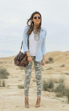 Descubre los 5 tips sobre como combinar una camisa vaquera y crea looks actuales y actuales. Las bloggers de moda llevan la camisa vaquera así. Blog de moda