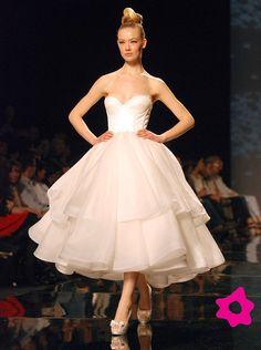 Un abito da sposa corto in bianco di Rosa Clara