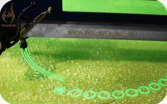 Usinagem CNC de acrílico verde.  CNC machining of the green acrylic.
