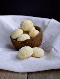 Další novinkou, kterou jsem letos zkoušela, jsou tyhle kokosky. Pochází od slovenského dua z webu www.coolinari.sk a jsou zase něco jiného,... Baking Recipes, Cookie Recipes, Dessert Recipes, Christmas Sweets, Christmas Baking, Low Carb Brasil, Czech Recipes, Xmas Cookies, Healthy Cake