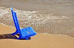Blauer Liegestuhl im Sand