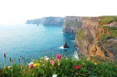 Penhascos de Moher, Irlanda A Irlanda é cercada de paisagens verdes espetaculares, e as falésias acima da costa sudoeste não ficam atrás das belezas naturais, que já serviram de cenário em filmes como Harry Potter e o Enigma do Príncipe.