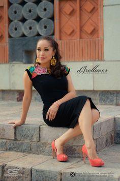 Regina- Tela: Gamuza Tipo de bordado: A mano con aguja Región en la que se elabora: Istmo de Tehuantepec Diseño: Vestido recto con bordado en los hombros Mexican Embroidered Dress, Mexican Dresses, Mexican Style, Office Outfits, Refashion, Marie, Mexico, Textiles, Couture
