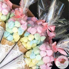 """Cris Rezende on Instagram: """"Gente, olha que legal essa ideia de lembrancinha! Basta usar casquinha de sorvete + suspiros nas cores da sua festa + papel rendado +…"""""""