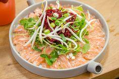 Carpaccio van zalm met rode biet, sojascheuten en wasabi-vinaigrette