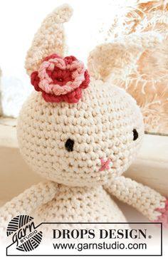 """Conejo de Pascua DROPS con flor, en ganchillo, en """"Paris"""". Patrón gratuito de DROPS Design."""