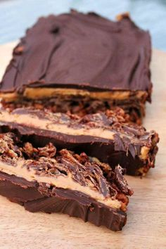 Chocolate Peanut Butter Cornflake Slice Peanut butter and chocolate lovers - attention please! Chocolate peanut butter cornflake slice is a decadent no-bake recipe that you'll be craving all year Tray Bake Recipes, Baking Recipes, Cake Recipes, Dessert Recipes, Vegan Desserts, Just Desserts, Delicious Desserts, Yummy Food, Cupcakes
