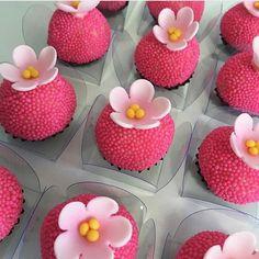 "938 curtidas, 11 comentários - ideias, bolos e festas (@ideiasdebolosefestas) no Instagram: ""Quero todos, por favor! Via ✨ @blogamormaisamor ✨💕 🌸 By: @paulambolos. . #ideiasdebolosefestas…"" Sweet Table Decorations, Marzipan Fruit, Yummy Treats, Sweet Treats, Moana Birthday Party, Oreo Pops, Flamingo Party, Chocolate Covered Strawberries, Mini Cakes"