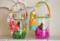 des pots en verre décorés avec des rubans et des lapins au chocolat