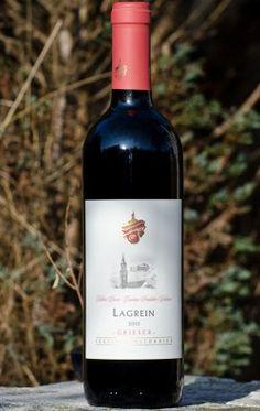 Lagrein: Sie ist eine uralte, einheimische Traube Südtirols. Laut DNA-Analysen soll sie zur großen Familie der Syrah-Gewächse gehören. Doch schmeckt man das dem Wein nicht an. Außerhalb Südtirols hat die Lagrein praktisch nie Verbreitung gefunden. Ihr angestammtes Anbaugebiet innerhalb Südtirols ist der warme Bozner Talkessel.